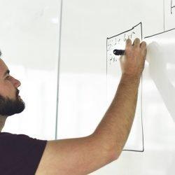 Jakie szkolenia budują przewagę kierownika projektu na rynku pracy?